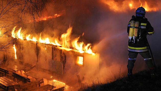 Gasthaus brannte bis auf die Grundmauern nieder (Bild: APA/AFKDO LILIENFELD/KOZMICH MANFRED)