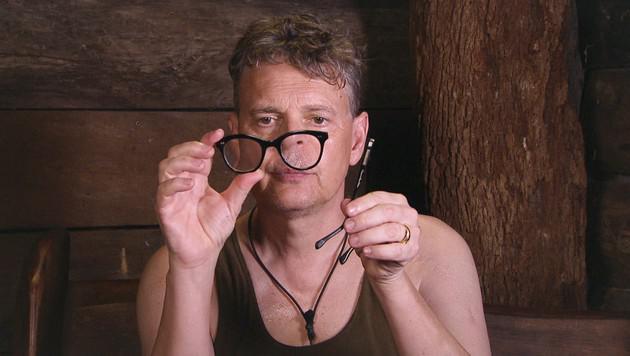 Rolfe hat sich auf seine Brille gesetzt. (Bild: RTL/Stefan Menne)