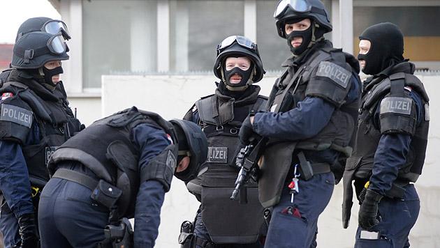 Unfall mit Fluchtwagen nach Banküberfall in Wien (Bild: Klemens Groh)