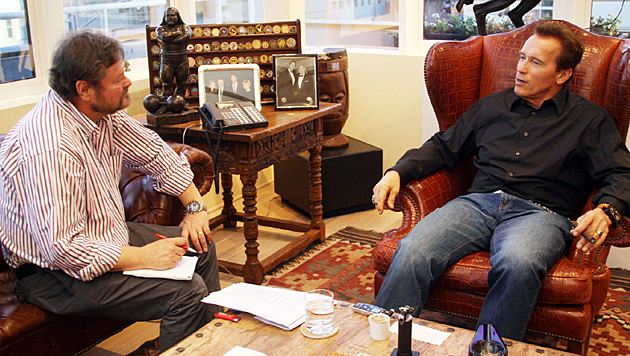 Werner Kopacka und Arnold Schwarzenegger bei einem ihrer vielen Interviews - hier im Jänner 2011. (Bild: Christian Jauschowetz)