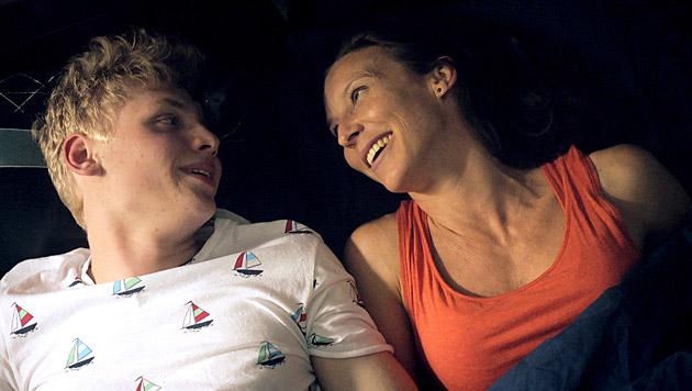 Simon und Waltraud haben heimlich Spaß miteinander. (Bild: ORF/MR Film)