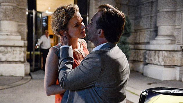 Sabine geht mit Bertram auf Tuchfühlung. (Bild: ORF/MR Film)