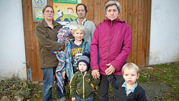 """Familie Kargl: """"Durch Kommassierung wäre unser Lebenswerk, 34 Jahre Bio-Landwirtschaft, verloren."""" (Bild: Reinhard Holl)"""