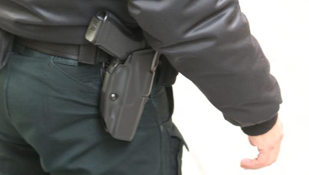 Wegen dieser Dienstwaffe schlug ein Öffi-Mitarbeiter Alarm. (Bild: Zwefo)