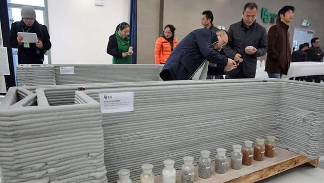 Hier demonstriert WinSun ein gedrucktes Fertigteil der chinesischen Öffentlichkeit. (Bild: caixin.com)