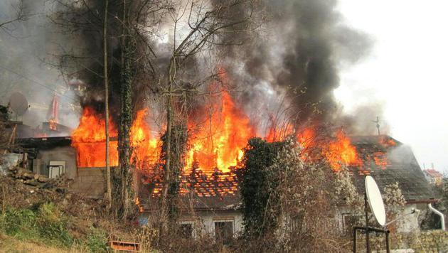 Einfamilienhaus bei Brand und Explosion zerstört (Bild: BF Graz)