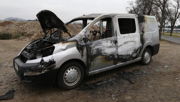 Das ausgebrannte Fluchtfahrzeug des mutmaßlichen Täters (Bild: Jürgen Radspieler)