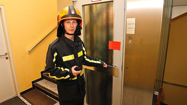 Einsatzleiter Horst Reiter vor dem abgestürzten Aufzug (Bild: Markus Tschepp)