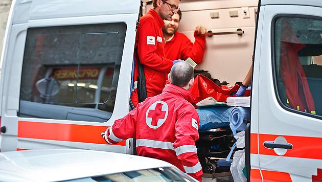 Die beiden verletzten und geschockten Männer wurden von der Rettung abtransportiert. (Bild: Markus Tschepp)