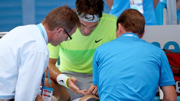 Roger Federer fast von Biene zu Fall gebracht (Bild: AP)