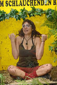 Tanja hat ihre liebe Not mit den vielen Dschungelinsekten. (Bild: RTL/Stefan Menne)