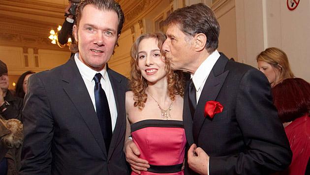 Gloria Burda mit ihrem Vater Udo Jürgens und John Bockelmann (Bild: Starpix/Alexander Tuma)
