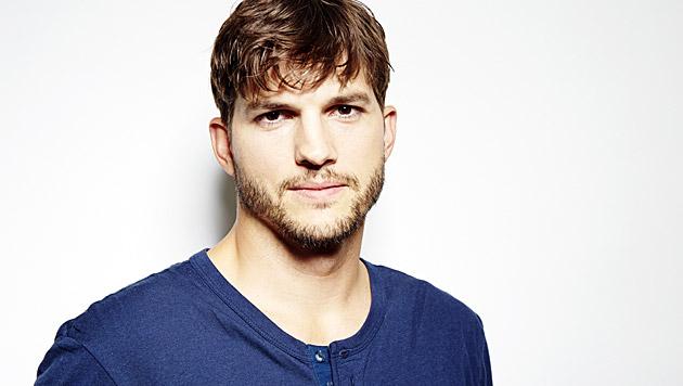 Ashton Kutcher überrascht Mama mit Hausrenovierung (Bild: AP)