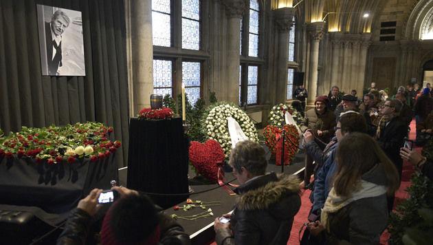 Hunderte Fans nahmen Abschied von Udo Jürgens (Bild: APA/HANS PUNZ)