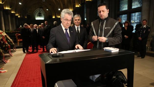Bundespräsident Heinz Fischer beim Eintrag ins Kondolenzbuch (Bild: Gerhard Bartel)