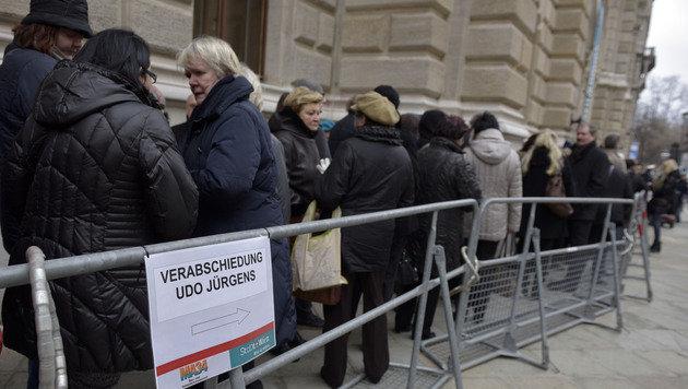 Zahlreiche Fans fanden sich vor dem Rathaus ein. (Bild: APA/HANS PUNZ)