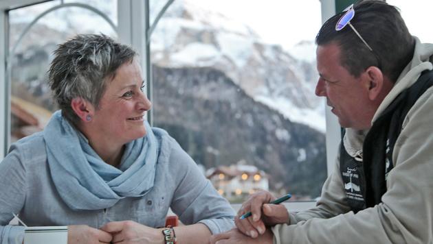 """Margret Mayer mit """"Krone""""-Reporter Peter Frauneder (Bild: Christof Birbaumer)"""