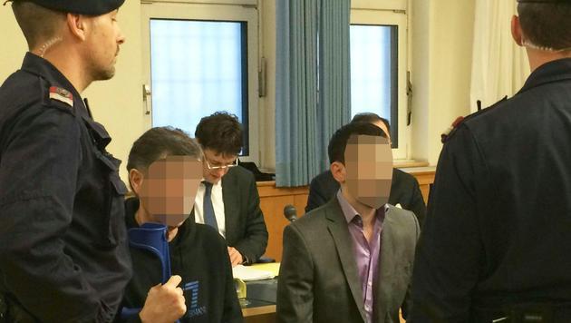 Die Angeklagten im Gerichtssaal (Bild: APA/BARBARA BUCHEGGER)