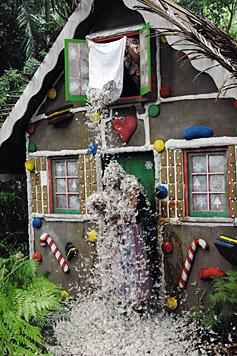 Geteert und gefedert werden die beiden Dschungelcamper auch noch. (Bild: RTL/Stefan Menne)