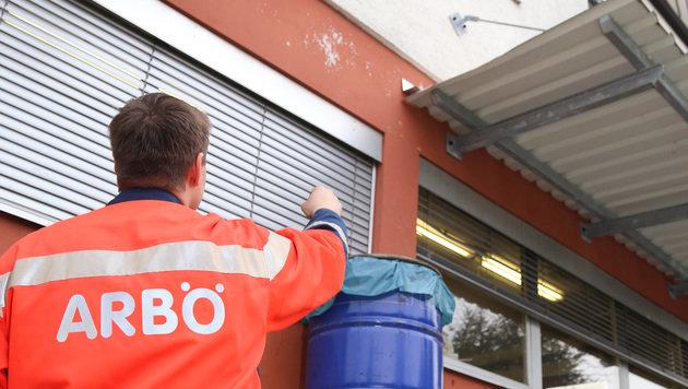 Über Mülltonen stiegen die Täter zum Fenster auf. (Bild: Evelyn Hronek)