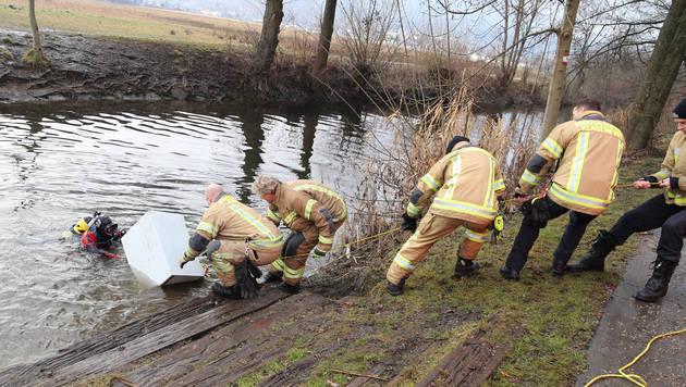 Die Einsatzkräfte der Feuerwehr zogen den Tresor aus dem Fluss. (Bild: Evelyn Hronek)