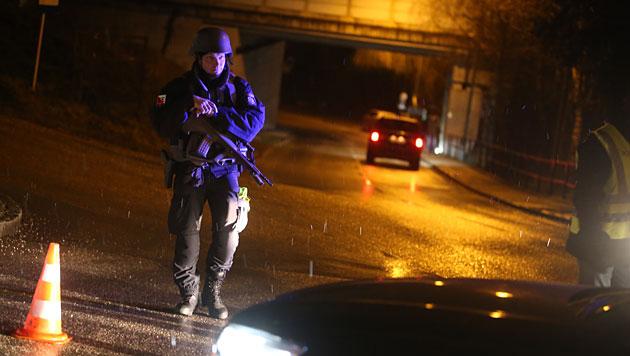Ein Cobra-Beamter während des Einsatzes in Lambach (Bild: www.laumat.at)