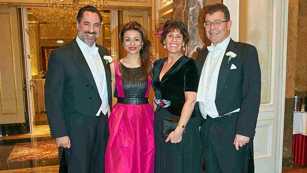 Michael Buchbinder mit Frau Amra, Stefan und Agnes Ottrubay (Bild: Starpix/Alexander Tuma)