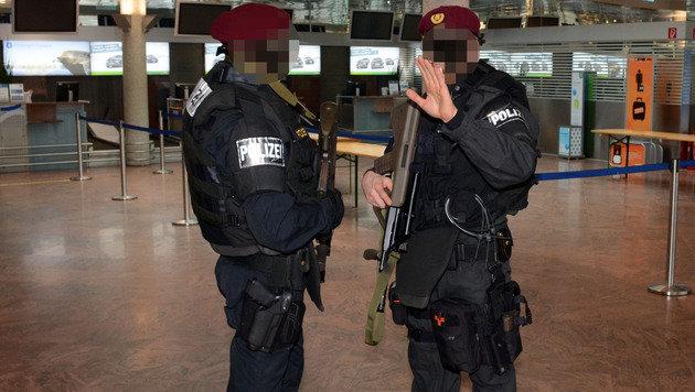 Schwer bewaffnete Cobra-Beamte patrouillierten am Flughafengelände. (Bild: Andreas Fischer)