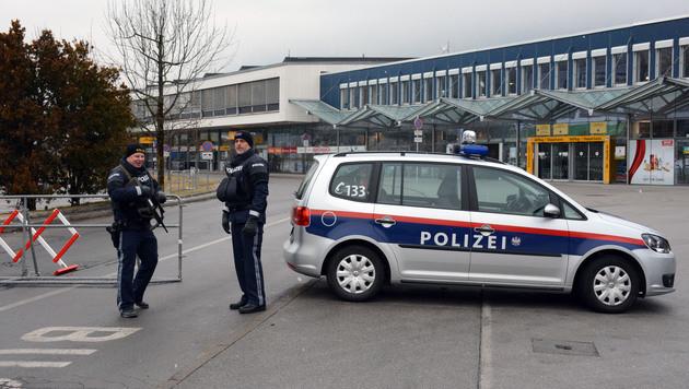 Auch die Flughafen-Außenzugänge wurden von schwer bewaffneten Einheiten der Polizei bewacht. (Bild: Andreas Fischer)