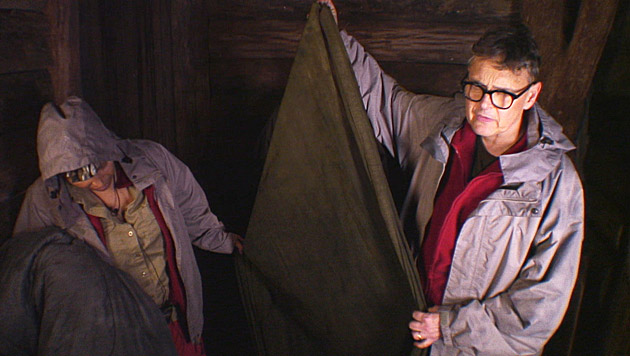 """Rolfe zeigt seinen durchnässten Schlafsack: """"So geht es nicht!"""" (Bild: RTL)"""