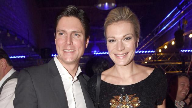"""Maria Hoefl-Riesch und Ehemann Marcus Hoefl waren ebenfalls auf der """"Weißwurstparty"""". (Bild: EPA/FELIX HOERHAGER)"""