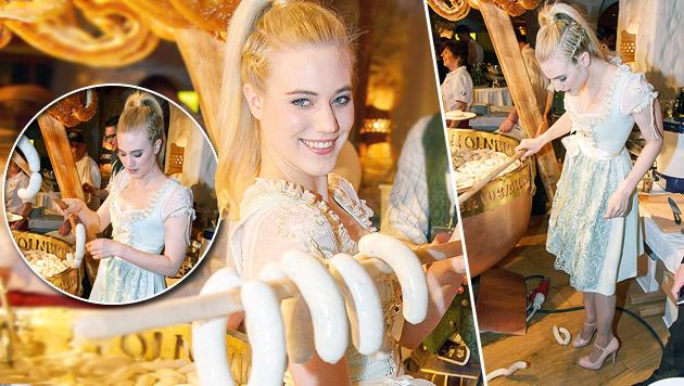 """Ja, so ist Larissa Marolt: Bei der """"Weißwurstparty"""" fielen ihr gleich mal die Würste runter. (Bild: Andreas Tischler)"""