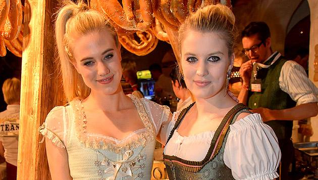 """Larissa Marolt mit ihrer Schwester Lisa-Marie bei der legendären """"Weißwurstparty"""" beim """"Stanglwirt"""" (Bild: Andreas Tischler)"""