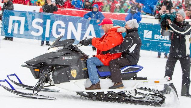 Niki Lauda chauffiert Bernie Ecclestone mit dem Ski-Doo (Bild: APA/EXPA/JFK)