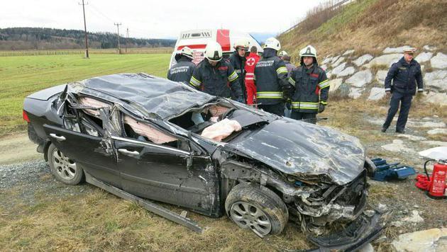 Der Wagen wurde bei dem Unfall im Burgenland völlig demoliert. (Bild: APA/STADTFEUERWEHR OBERWART)