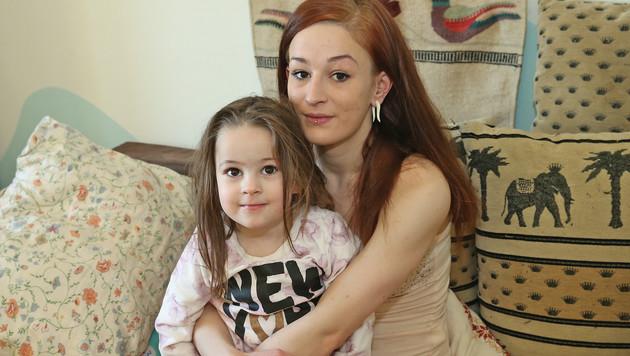 Ruth Hager mit ihrer Tochter Alijana (Bild: Peter Tomschi)