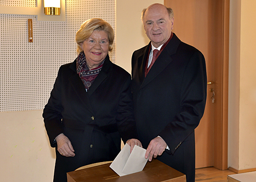 Der LH wählte in Begleitung von Ehefrau Sissi im Dorfzentrum seines Heimatortes Radlbrunn. (Bild: APA/NLK/Filzwieser)