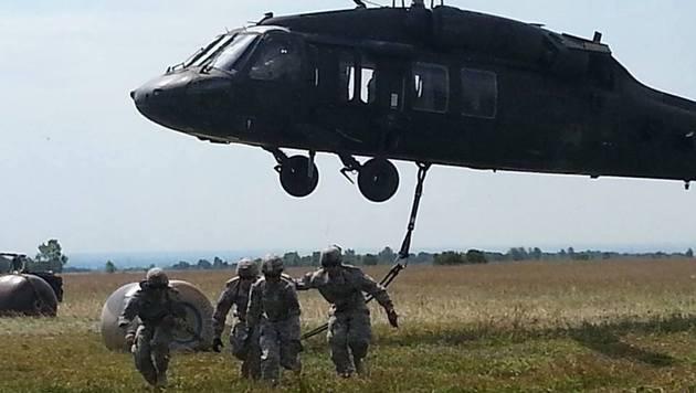 Mitglieder der 173. Luftlandebrigade schwärmen nach einer Landung mit dem Helikopter aus. (Bild: Facebook.com/173rd Airborne Brigade)