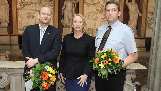Nationalratspräsidentin Bures ehrte die Lebensretter Gregor Zöchling (li.) und Christian Trapel. (Bild: Andi Schiel)