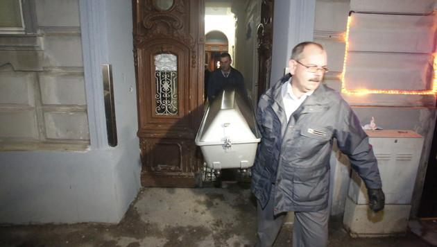 Der Tote wird aus der Wohnung in Ottakring abtransportiert. (Bild: Martin A. Jöchl)