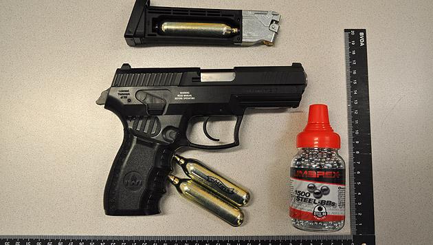 Die sichergestellte Gasdruckpistole, mit der der 14-Jährige auf seinen Kontrahenten (13) schoss (Bild: APA/LPD KÄRNTEN/UNBEKANNT)