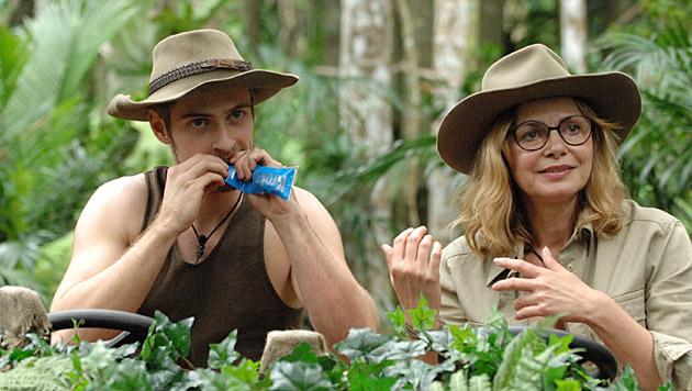 Jörn ist bei den Dschungelköstlicheiten schon etwas zaghafter. (Bild: RTL/Stefan Menne)