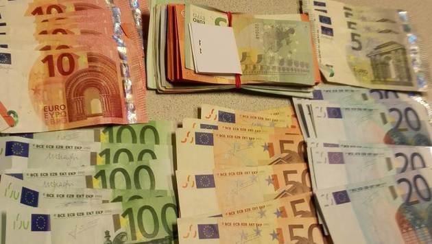 Bei den Hausdurchsuchungen wurde auch erbeutetes Bargeld sichergestellt. (Bild: Polizei)