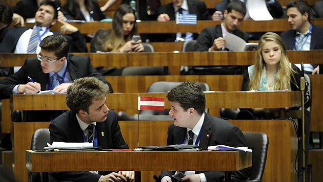 Jugendliche simulieren das Europäische Parlament während einer Plenarsitzung. (Bild: APA/HERBERT PFARRHOFER)