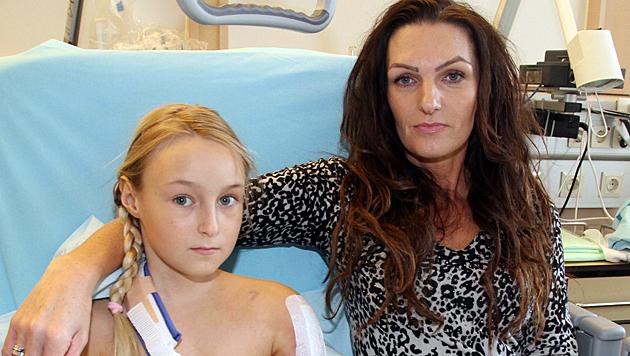 Jessica (9) im Wiener AKH mit ihrer Mutter (Bild: Andi Schiel)