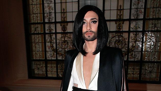 Conchita Wurst zeigt bei der Pariser Haute-Couture-Show von Jean Paul Gaultier ihre neue Frisur. (Bild: AP)