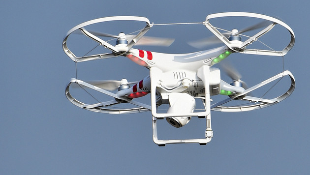 Hobby-Drohnen ernste Gefahr für Hubschrauber (Bild: APA/HERBERT NEUBAUER)