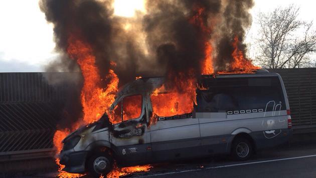 """Dieser Kleinbus stand auf der Westautobahn in Flammen. (Bild: """"Krone""""-Leserreporter Max Zeitler)"""