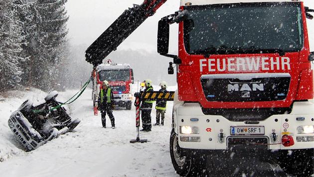 Zahlreiche Unfälle hielten Einsatzkräfte auf Trab (Bild: APA/WWW.FEUERWEHR-PINKAFELD.AT/UNBEKANNT)