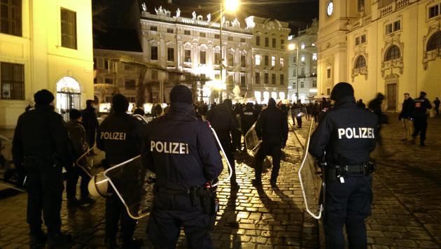 Akademikerball: Polizei sichert Beweise per Video (Bild: krone.tv)